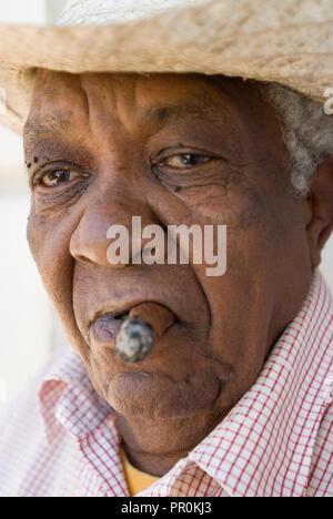 Nahaufnahme, Porträt eines alten kubanischen Karibik Mann rauchen Zigarre in La Habana Kuba - Stockfoto
