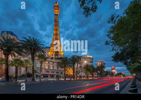 Ansicht der Pariser Eiffelturm in der Dämmerung, am Strip, Las Vegas Boulevard, Las Vegas, Nevada, Vereinigte Staaten von Amerika, Nordamerika - Stockfoto