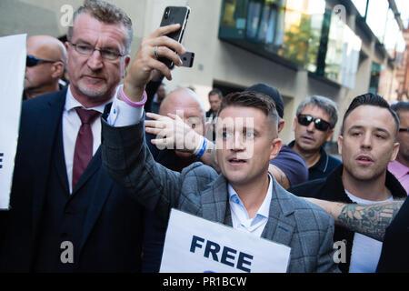 London UK 27. September 2018 Tommy Robinson (c) Kommt an der Old Bailey für ein Wiederaufnahmeverfahren auf Aufladungen der Verachtung. - Stockfoto