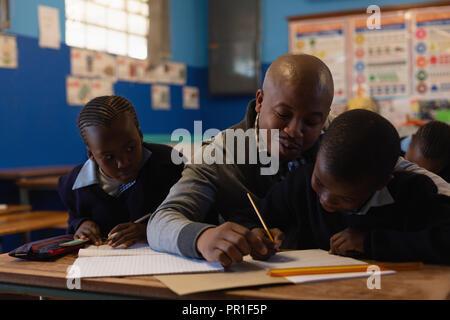 Männliche Lehrer unterrichten Schüler in der Klasse