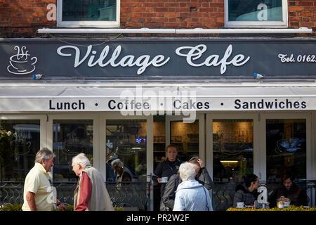 Alderley Edge, Cheshire, England. Village Cafe im Dorf auf der London Road - Stockfoto