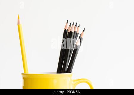 Gelben Bleistift in gelber Schale getrennt mit schwarzen Bleistifte noch leben. Zurück zu Schule und Bildung Konzept. - Stockfoto