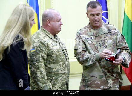 Us-Armee Generalleutnant John Thomson (rechts), Kommandeur der NATO-Verbündeten Land Befehl (LANDCOM), präsentiert eine Münze zum ukrainischen Col. Gen. 363 Popko (links), Kommandeur der ukrainischen Land Kräfte Befehl, nach der Unterzeichnung der Zusammenarbeit zwischen der Ukraine und der NATO Kommando Landstreitkräfte Allied Land Befehl bei schnellen Trident, Sept. 6 an der internationalen Friedenssicherung Security Center in der Nähe von Yavoriv, Ukraine. - Stockfoto