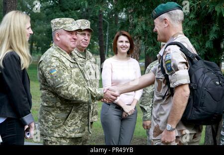 Ukrainische Col. Gen. 363 Popko (links), Kommandeur der ukrainischen Land Kräfte Befehl begrüßt einen schwedischen Vertreter, für schnelle Trident Gast tag Sept. 7 an der internationalen Friedenssicherung Security Center in der Nähe von Yavoriv, Ukraine unterschieden. - Stockfoto