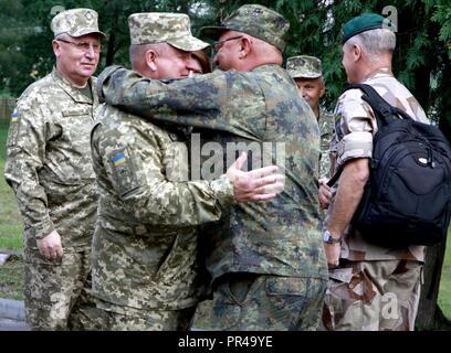 Ukrainische Col. Gen. 363 Popko (links), Kommandeur der ukrainischen Land Kräfte Befehl begrüßt einen Vertreter aus Deutschland, für die Schnelle Trident Gast tag Sept. 7 an der internationalen Friedenssicherung Security Center in der Nähe von Yavoriv, Ukraine unterschieden. - Stockfoto