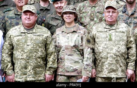 Von links: Ukrainische Col. Gen. 363 Popko, Kommandeur der ukrainischen Land Forces Command, U.S. Army Brig. Gen. Kelly Fisher, Oklahoma Army National Guard Land Component Commander, Ukrainisch Gen. Lt. Pavlo Petrowitsch Tkachuk, Leiter des Hetman Petro Sahaidachnyi nationale Armee Akademie posieren für ein Foto Sept. 7 an der internationalen Friedenssicherung Security Center in der Nähe von Yavoriv, Ukraine. - Stockfoto