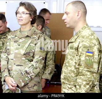 Us-Armee Brig. Gen. Kelly Fisher (links), Oklahoma Army National Guard Land Component Commander, hört eine kurze von einem ukrainischen Offizier gegeben Sept. 7 an der internationalen Friedenssicherung Security Center in der Nähe von Yavoriv, Ukraine. - Stockfoto