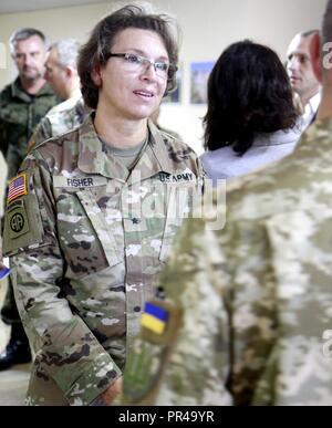 Us-Armee Brig. Gen. Kelly Fisher, Oklahoma Army National Guard Land Component Commander, engagiert sich in einem Gespräch mit einem Ukrainischen officer Sept. 7 an der internationalen Friedenssicherung Security Center in der Nähe von Yavoriv, Ukraine. - Stockfoto