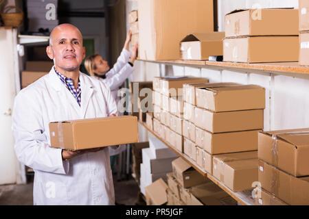 Weibliche und positive männliche Transport Warenkorb Karton Fälle in Storage - Stockfoto
