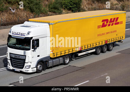 dhl lkw auf der autobahn dhl ist eine abteilung des deutschen logistikunternehmen deutsche post. Black Bedroom Furniture Sets. Home Design Ideas