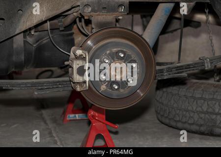 Festplatte und Bremse eines 4x4 Fahrzeug ohne automatische Reifendruckkontrolle - Stockfoto