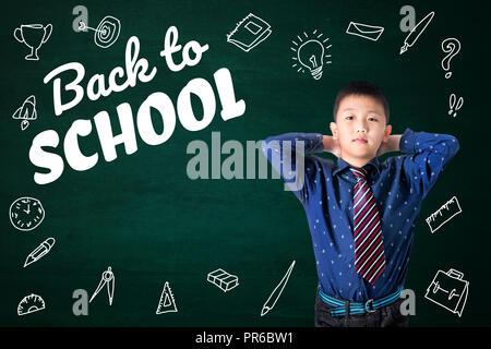 Zurück zum text Schule mit asiatischen Zicklein und Schreibwaren Bürobedarf Schule Objekt Aktivitäten für das Lernen, die Hand auf die grüne Tafel gezeichnet, Bildung back t Stockfoto