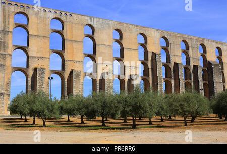 Portugal, Alentejo Elvas. Das 16. Jahrhundert Amoreira Aquädukt mit einem Olivenhain im Vordergrund. Elvas ist ein UNESCO-Weltkulturerbe. - Stockfoto