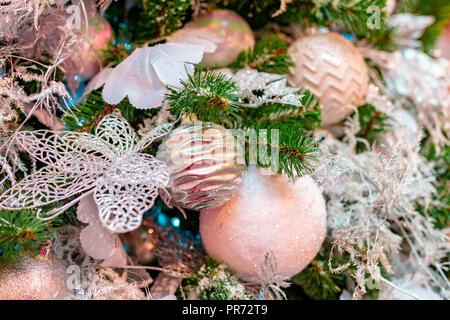Closeup am Weihnachtsbaum Dekoration über festlichen Hintergrund - Stockfoto