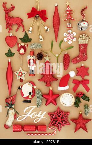 Christmas Joy mit retro Christbaumkugel Christbaumschmuck und Ornamente mit Winter Flora und traditionelle Symbole der Weihnachtszeit Hintergrund. - Stockfoto