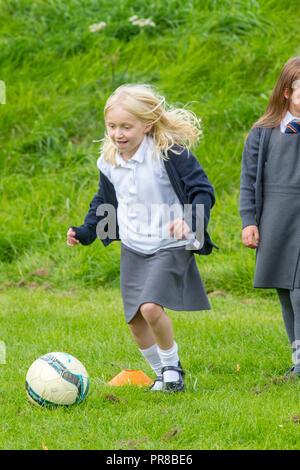 Kinder spielen mit Fußball - Stockfoto