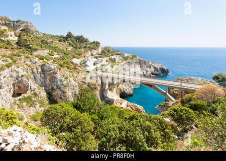 Apulien Leuca, Italien, Grotte von ciolo - Land Straße Brücke der Grotte Ciolo - Stockfoto