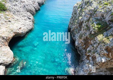 Apulien Leuca, Italien, Grotte von ciolo - türkisfarbenes Wasser an der Grotte Ciolo - Stockfoto