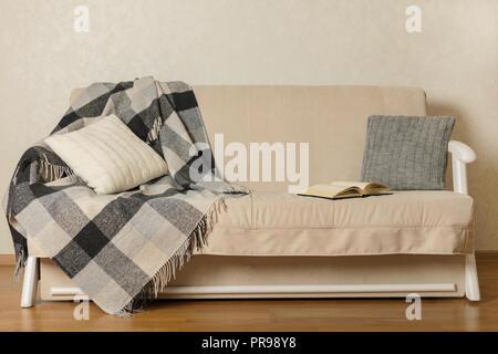 Herbst (Winter) Konzept   Gemütlichkeit Und Wärme Im Haus. Beige Sofa Mit  Plaid