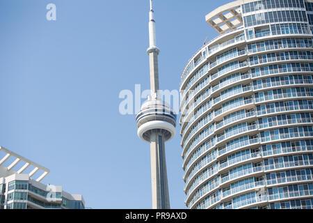 Toronto CN Tower zwischen zwei Condo Gebäude der Innenstadt - Stockfoto