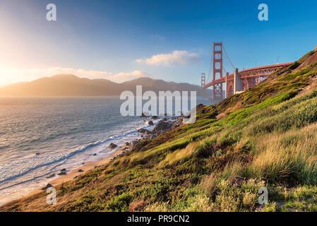 Küste von Kalifornien - Golden Gate Bridge bei Sonnenuntergang in San Francisco - Stockfoto