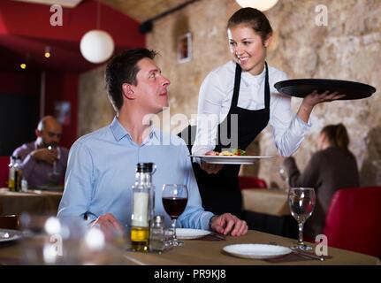 Wie eine Kellnerin ansprechen? (flirten, schüchtern, Restaurant)