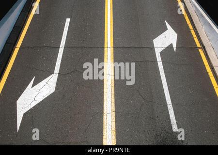 Links/rechts, Richtung Pfeile auf Asphalt - - Stockfoto