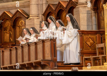 Paris, Frankreich, 14. März 2018: Nonnen beten in der Basilika des heiligsten Herzen von Paris, ist eine römisch-katholische Kirche und Basilika minor, widmen. - Stockfoto
