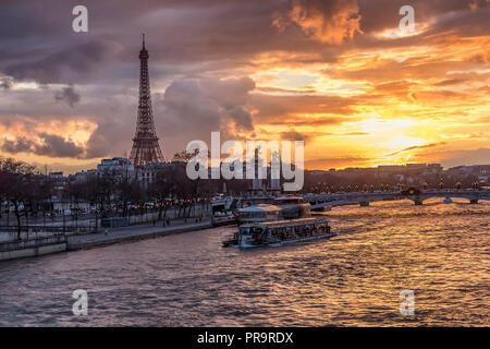 Sonnenuntergang in Paris, mit Seine, Pont Alexandre III und dem Eiffel Turm gelegen. - Stockfoto
