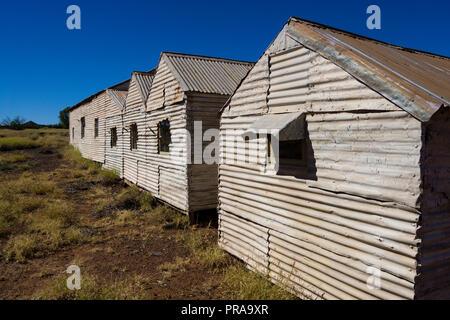 Einsame Wellblech Bergleute cottages an der Gwalia Ghost Town Western Australia - Stockfoto
