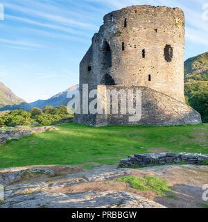 Die Ruinen der Burg von Llanberis Dolbadarn in Snowdonia National Park in Wales - Stockfoto