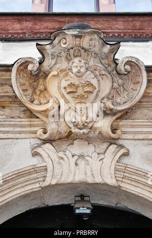 Kartusche im Portal auf Gebäude In der Kanonicza Straße in Krakau, Polen - Stockfoto
