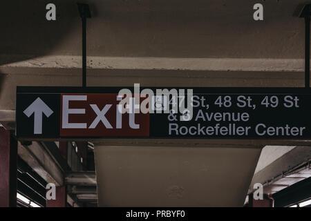 New York, USA - 31. Mai 2018: die U-Bahn Ausfahrt zu 47 s, 48 s, 49 s Street und das Rockefeller Center aus der U-Bahn in New York. New York City U-Bahn - Stockfoto