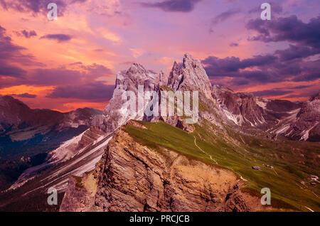 Gruppo delle Geisler bei Sonnenuntergang, Blick vom Seceda. Naturpark Puez-Geisler massiv in Dolomiten, Italien, Südtirol, Alpen, Alto Adige, Val Gardena, Geislergrupp - Stockfoto