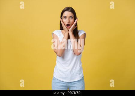 Schöne weibliche Brustbild isoliert auf Gelb studio Hintergrund. Der junge emotionale lächelnd und überrascht, Frau stehen und von der Kamera. Die menschlichen Gefühle, Mimik Konzept - Stockfoto