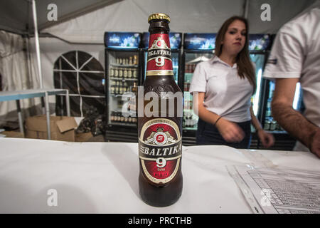 Belgrad, SERBIEN - 19. AUGUST 2018: baltika 9 Logo auf auf ein Bier aus der Flasche. Baltika 9 ist eine starke Pils, Export, in Russland gebraut, und einer der s - Stockfoto