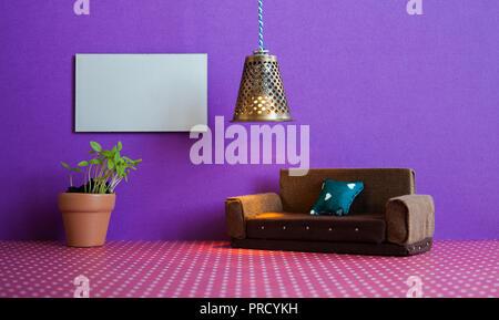 Minimalistische Wohnzimmer Möbel Interieur. Einfaches Design Braun , Blumentopf grüne Pflanze und ein leeres Plakat Vorlage auf Violett Wand - Stockfoto