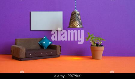 Minimalistische Wohnzimmer Möbel Interieur. Einfaches Design Braun , Blumentopf grüne Pflanze und ein leeres Plakat Vorlage auf Violett Wand. - Stockfoto