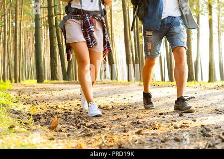 Schwierige Route. Schöne junge Paar wandern gemeinsam in den Wald, während Ihre Reise genießen.