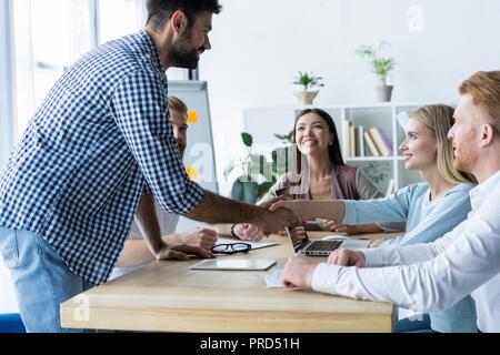 Geschäftsleute, Händeschütteln, finishing ein treffen. - Stockfoto
