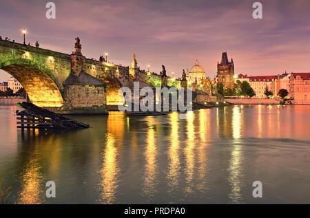 Romantisch beleuchteten Prag, Karlsbrücke, spiegelt sich in der Moldau am Abend kurz nach Sonnenuntergang - Stockfoto