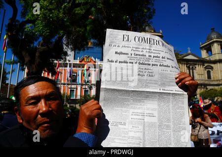 """La Paz, Bolivien, am 1. Oktober 2018. Ein Mann hält eine Kopie des El Comercio Zeitung vom 28. Februar 1879 während der Regelung für den Fall der Verpflichtung zu verhandeln, Zugang zum Pazifischen Ozean (Bolivien v. Chile)"""" vor dem Internationalen Gerichtshof in Den Haag. Bolivien vorgestellt, den Fall vor den IGH in 2013; Bolivien verlor seine Küste Litoral der Provinz in Chile während des Krieges im Pazifik im 19. Jahrhundert und früheren Verhandlungen keine Fortschritte von Boliviens Sicht gemacht. Credit: James Brunker/Alamy leben Nachrichten - Stockfoto"""