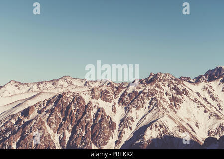 Schneebedeckte Bergkette ist getönt im Retro-stil. ski resort Shymbulak, Medeo Almaty, Kasachstan - Stockfoto