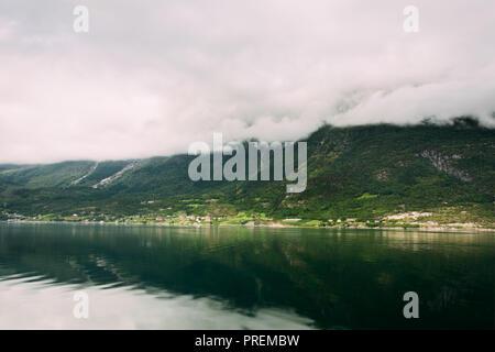 Hardangerfjord, Norwegen. Sommer Landschaft mit skandinavischen Dorf am Ufer des Hardangerfjord. Hardangerfjord ist das Viertel der längste Fjord der Welt - Stockfoto