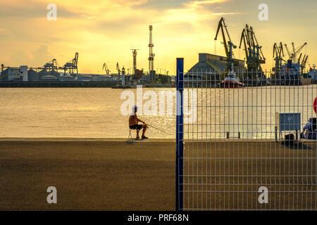 Bulgarien, Port Bourgas - angler angeln im industriellen Bereich - Stockfoto