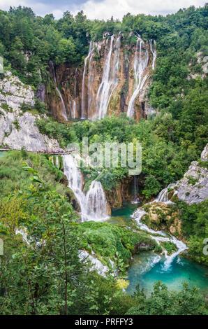 Nationalpark Plitvice, Kroatien. Tolle Aussicht über die Seen und Wasserfälle von Wald umgeben. - Stockfoto