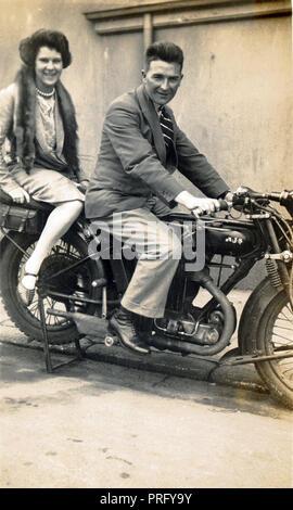 Mann&Frau auf einem 1926/7 AJS 350 ccm großen Hafen Motorrad ca. 1927 - Stockfoto