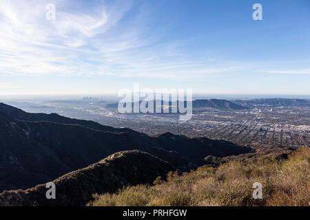 Morgen Verdugo Bergblick von Burbank, Griffith Park und Los Angeles in Südkalifornien. - Stockfoto