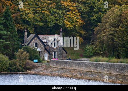 Aus Stein erbaute Haus am Waldrand, von Damm Wand- & am Ufer des Sees - Fewston Reservoir, Washburn Tal, North Yorkshire, England, UK. - Stockfoto