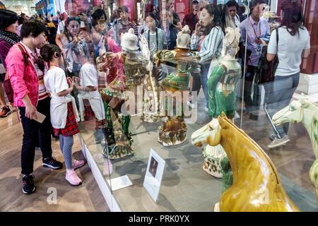 London England Großbritannien Großbritannien British Museum das Britische Museum der menschlichen Kultur geschichte Innenraum Galerie Sancai Keramik Grab zahlen Braun gre - Stockfoto